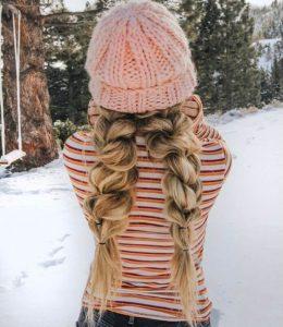 fonott-frizura-sapkaval